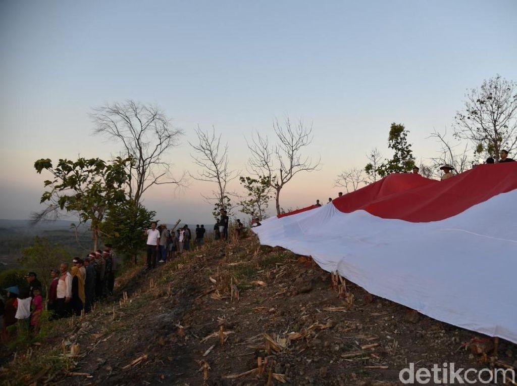 Peringati HUT RI, Bendera Merah Putih Raksasa Dibentangkan di Gunung Ratu