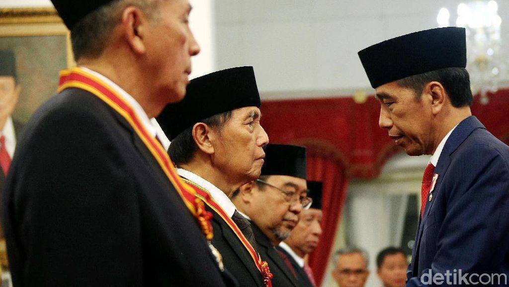 Jokowi Berikan Tanda Kehormatan Bintang Mahaputera