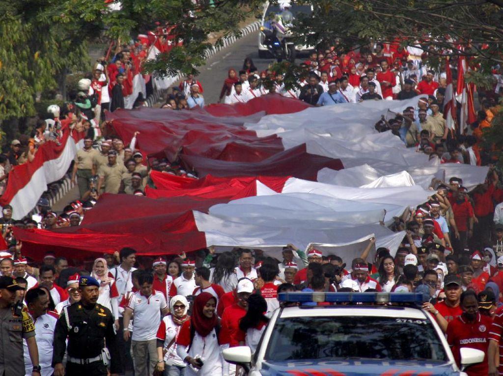 Kirab Bendera Merah Putih Raksasa Diarak di Cibinong