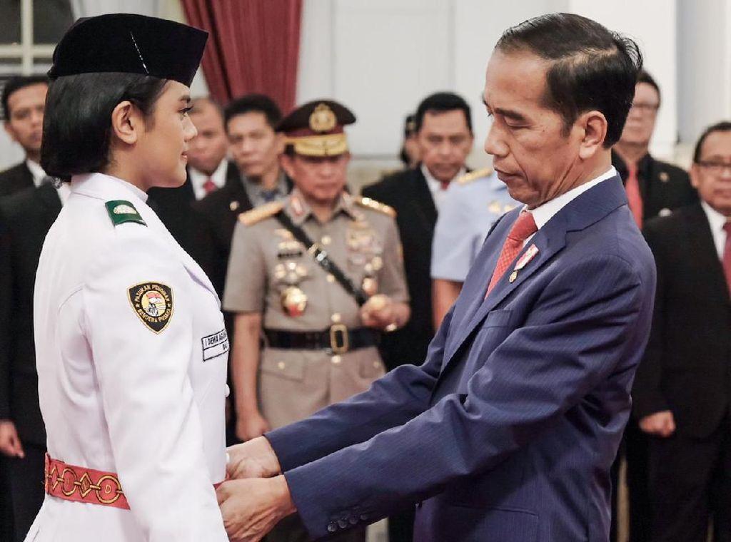 Jokowi Kukuhkan Paskibraka HUT Ke-74 RI di Istana
