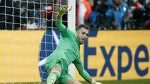 Detik-detik Adrian Ditekel Fans Liverpool Hingga Cedera