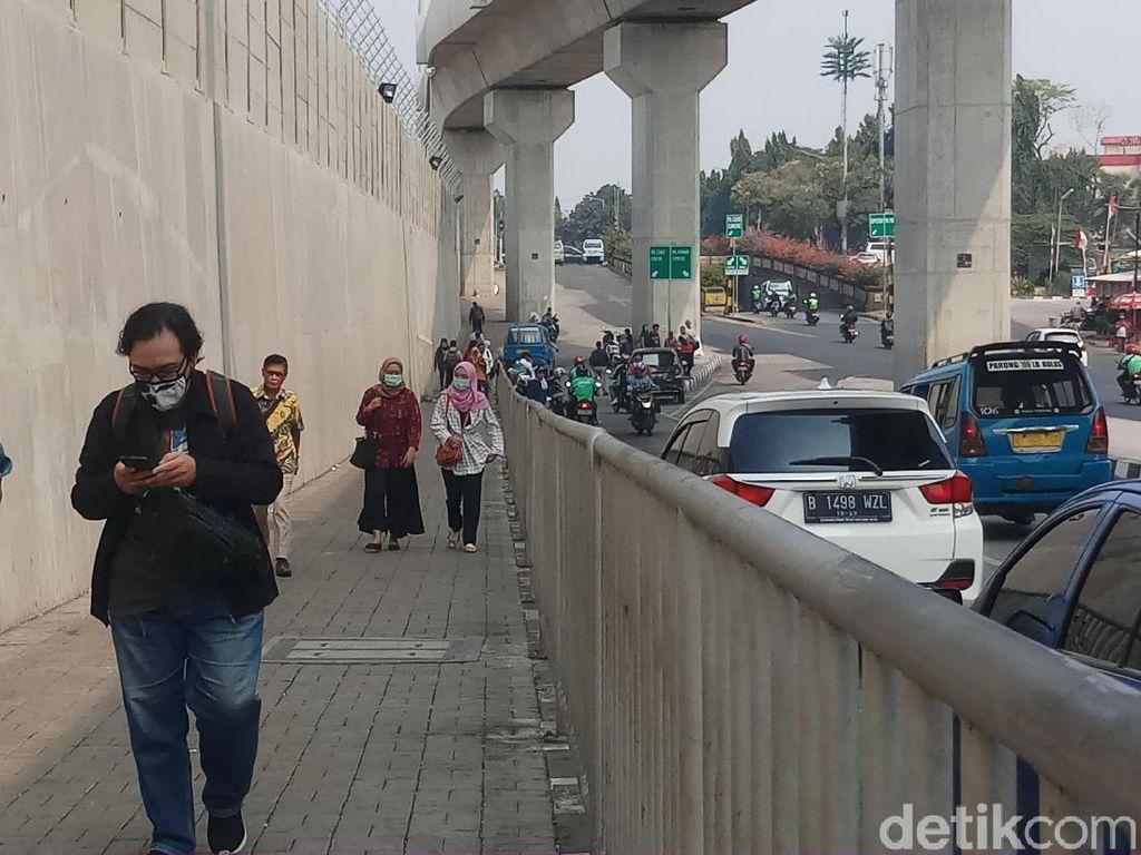Warga Keluhkan Bau Pesing di Trotoar Menuju Stasiun MRT Lebak Bulus