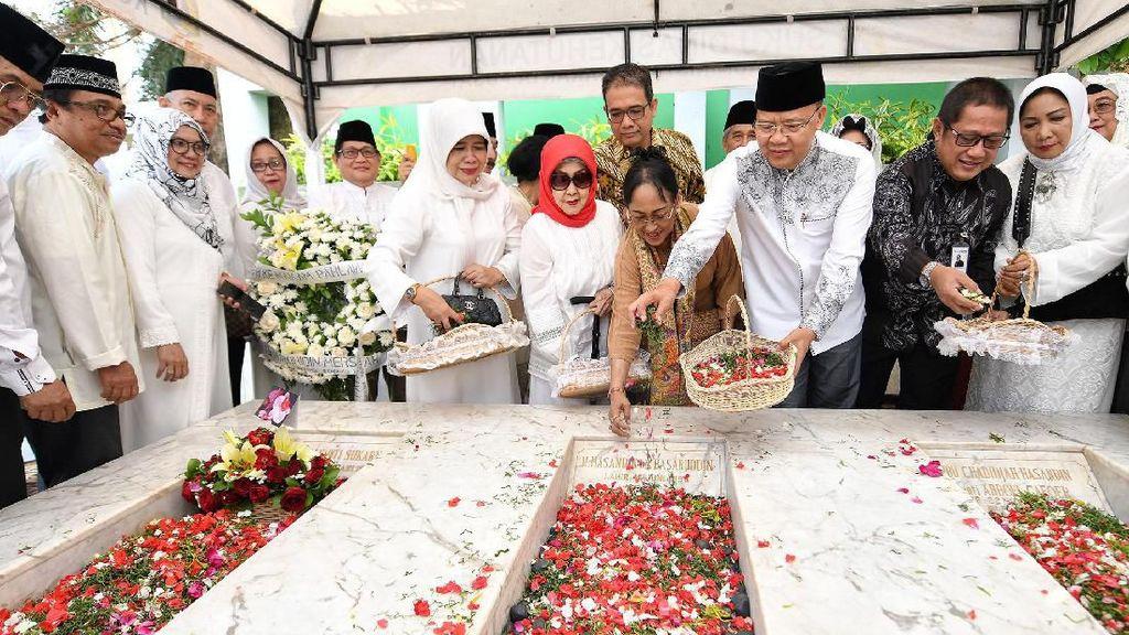 Sukmawati Ziarah ke Makam Fatmawati