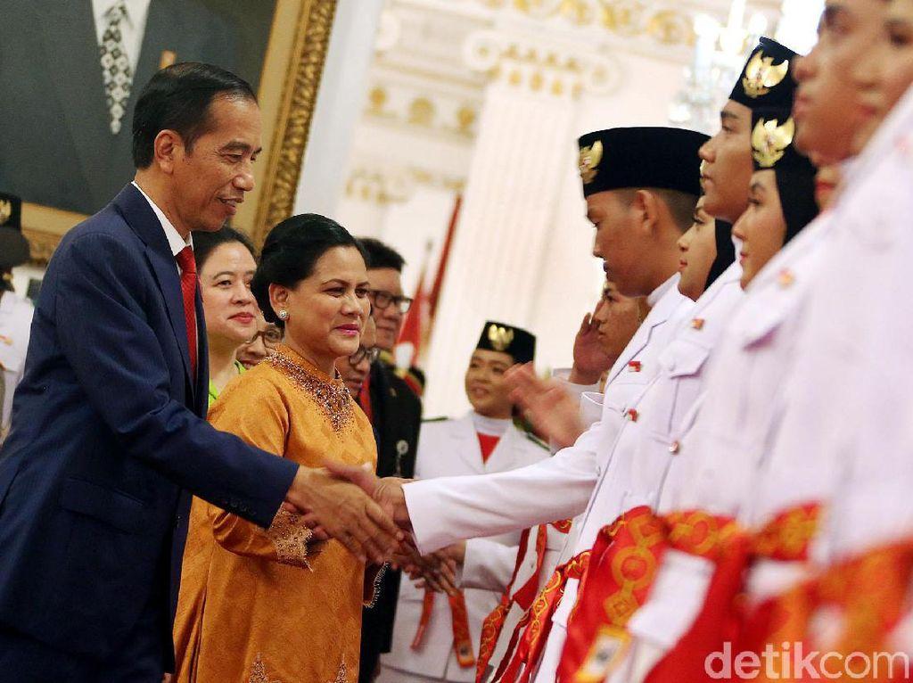 Jokowi Kukuhkan 68 Anggota Paskibraka Nasional di Istana