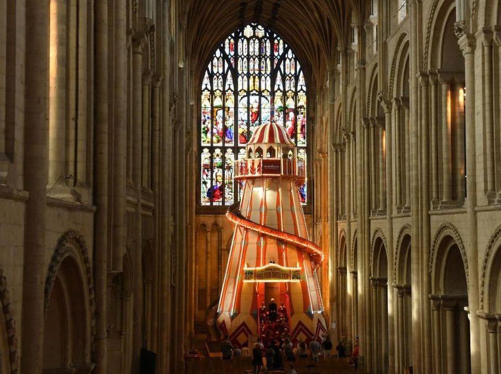 Katedral Bersejarah Pasang Perosotan untuk Tarik Pengunjung