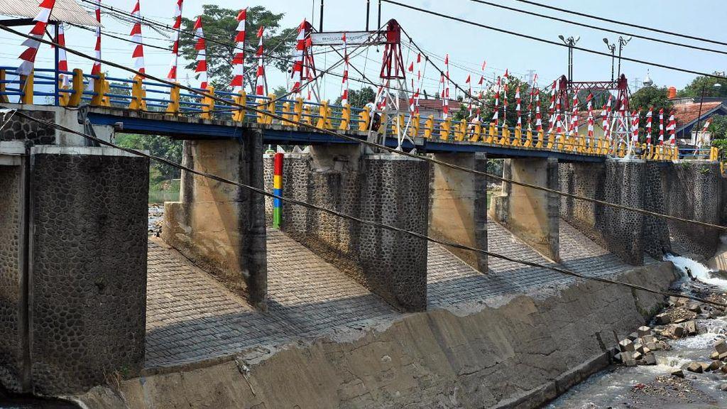 Debit Air Sungai Ciliwung Terus Menyusut