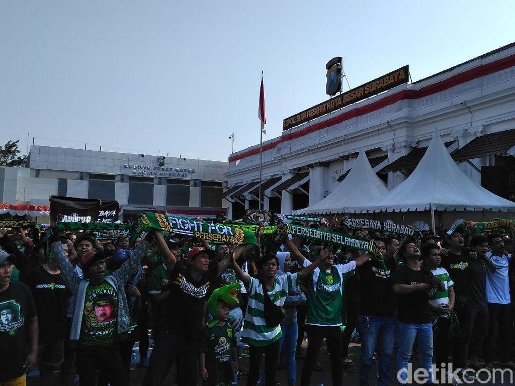 Nobar Arema Vs Persebaya, Bonek-Bonita Hijaukan Polrestabes Surabaya