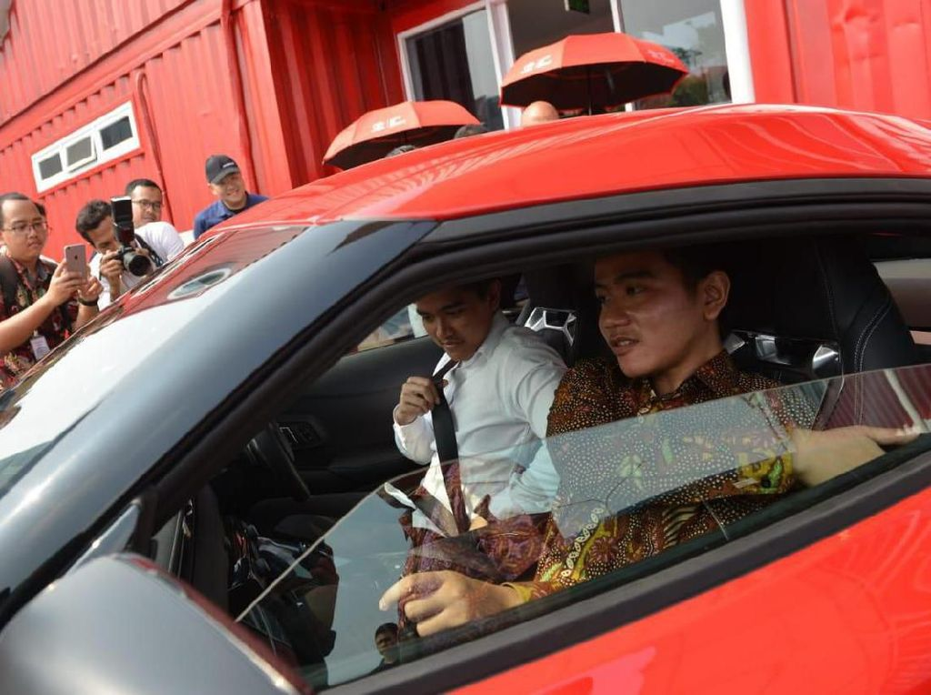 Momen Gibran-Kaesang Menjajal Supra Saat Intip Pabrik Toyota