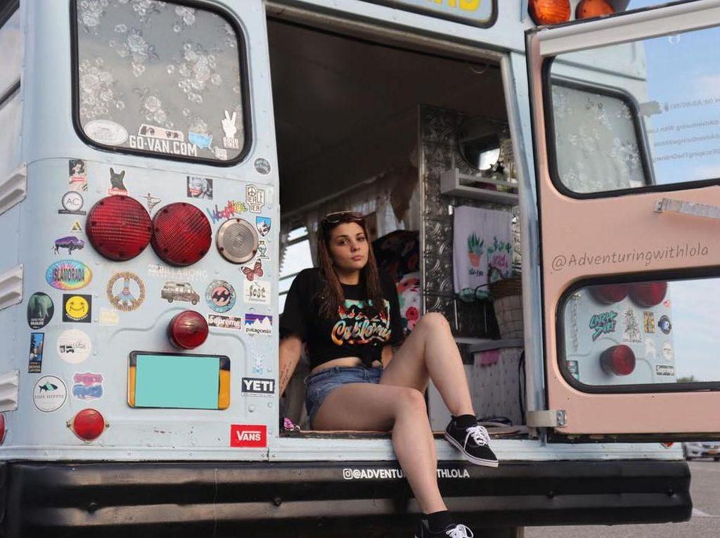 Foto: Dara Cantik Keliling Amerika Naik Mobil Van