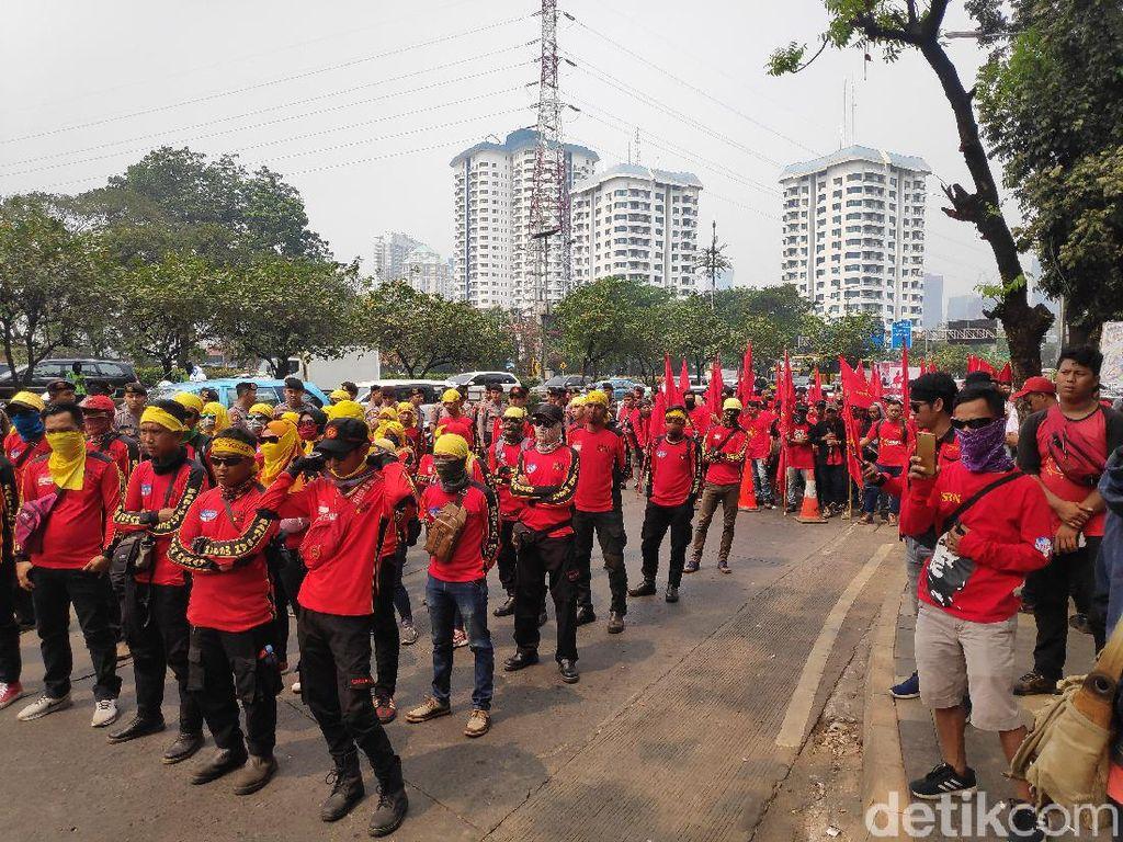 Dihalau ke Gedung DPR, Massa Buruh Unjuk Rasa di Gerbang Pemuda