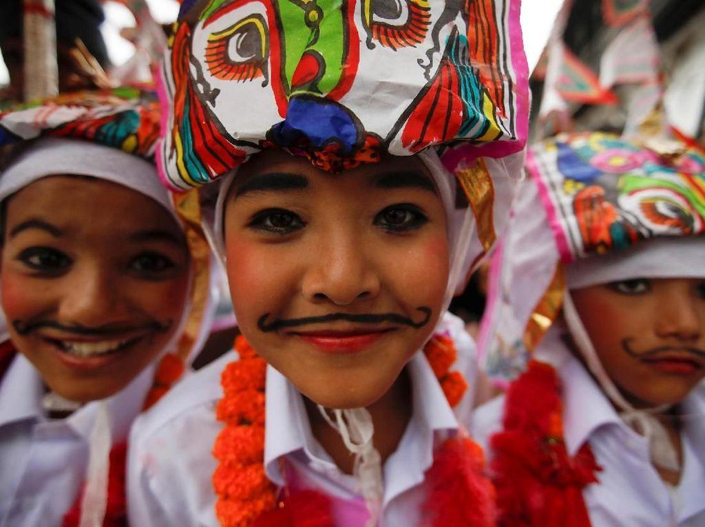 Lucunya Kostum Anak-anak Nepal di Festival Gaijatra