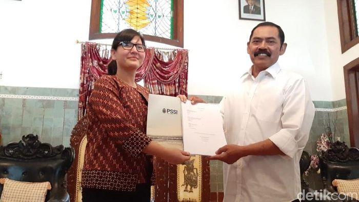 Sekretaris Jenderal PSSI Ratu Tisha Destria dengan Wali Kota Surakarta FX Hadi Rudyatmo di rumah dinas Loji Gandrung, Solo. (Foto: Bayu Ardi Isnanto/detikcom)