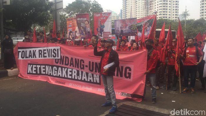 Foto: Massa Buruh Kasbi berdemo RUU Ketenagakerjaan (Ibnu/detikcom)