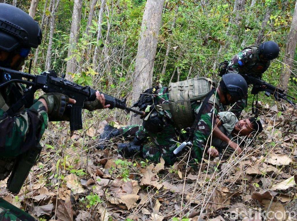Marinir Indonesia dan AS Kejar Musuh di Hutan Selogiri Banyuwangi