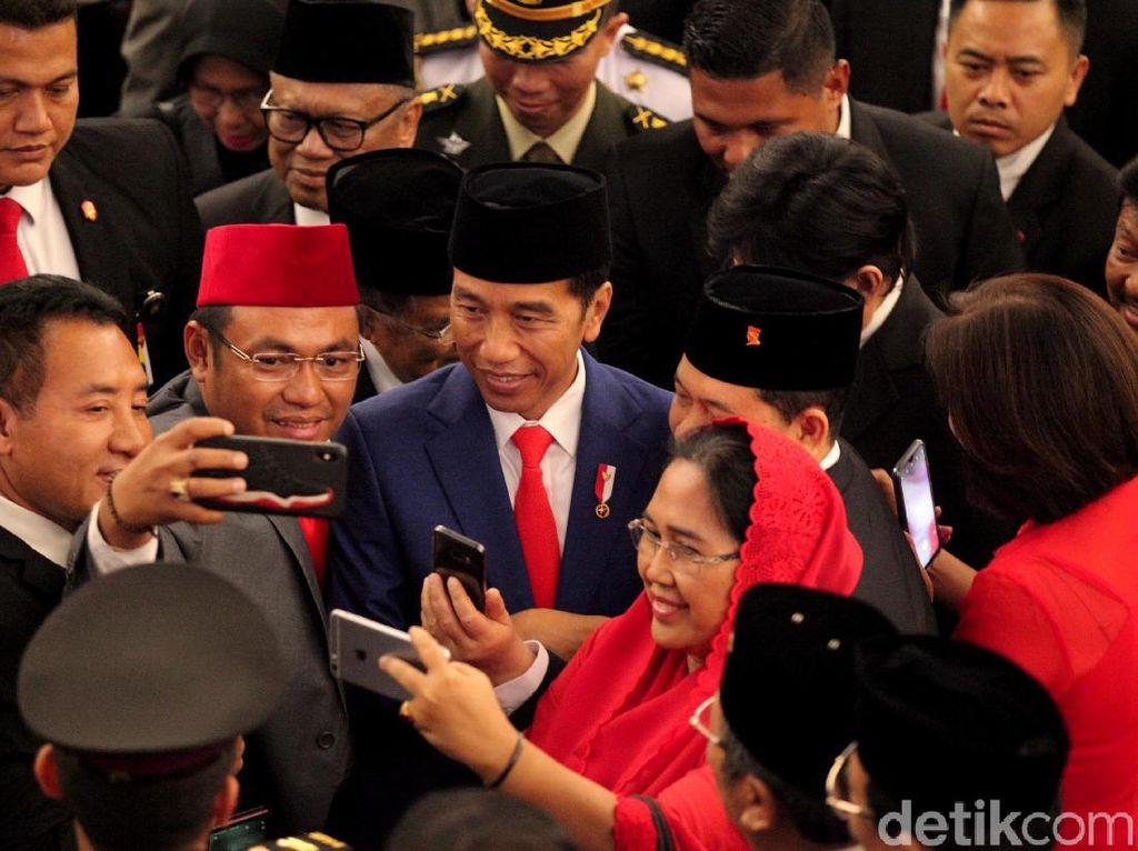 Saat Jokowi Jadi Sasaran Swafoto Anggota Dewan