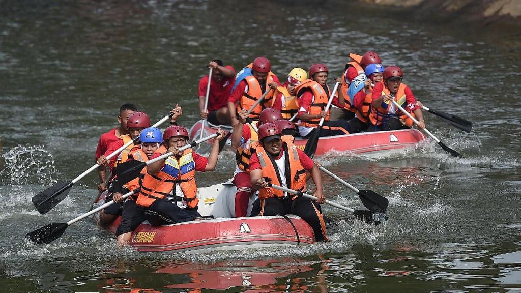 Intip Keseruan Lomba Dayung di Sungai Ciliwung