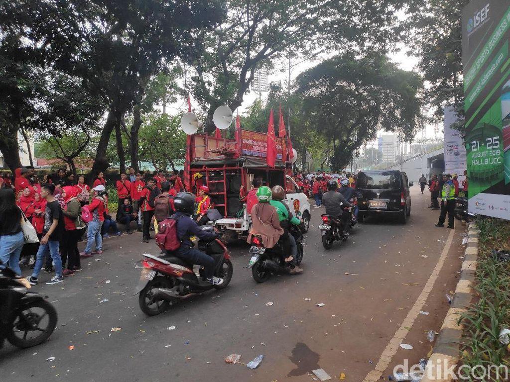 Massa Penolak Revisi UU Ketenagakerjaan Bubar, Lalin Senayan Normal