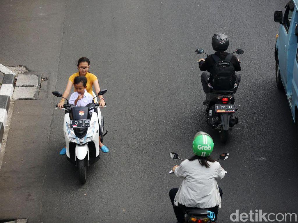 Nekat! Pemotor Ini Lawan Arah dan Nggak Pakai Helm