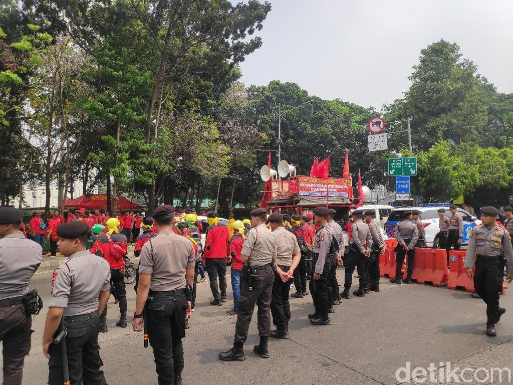 Polisi Halau Massa yang Hendak Demo di DPR, Lalin Jl Gatot Subroto Macet