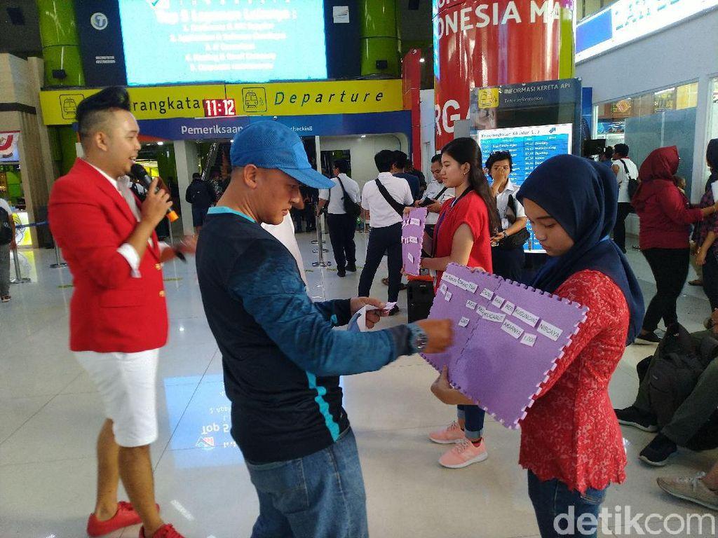 HUT Ke-74 RI, Penumpang Kereta dari Stasiun Gambir Nyanyi Indonesia Raya