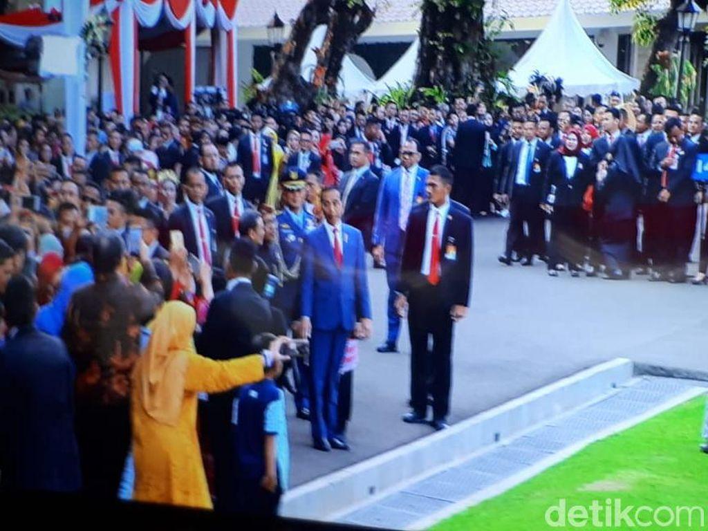 Jokowi Keluar Istana, Sapa Warga yang Datang ke Peringatan HUT RI