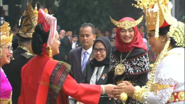 Istri Menhan Tak Menyangka Dapat Sepeda Jokowi karena Baju Adat