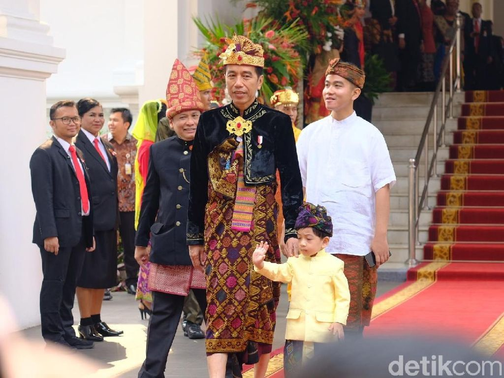 Berbaju Adat Bali, Jokowi Ajak Jan Ethes Saksikan Upacara HUT ke-74 RI