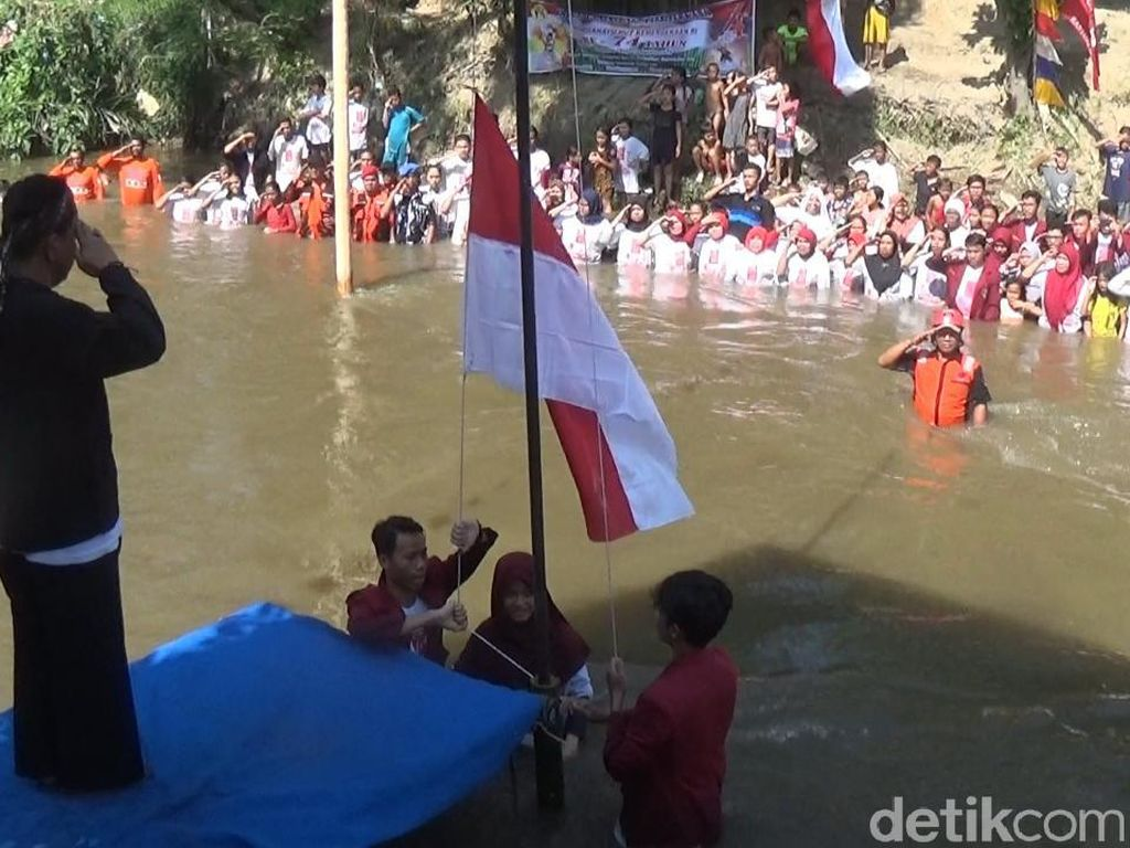 Warga Berendam di Sungai Deli untuk Upacara HUT RI