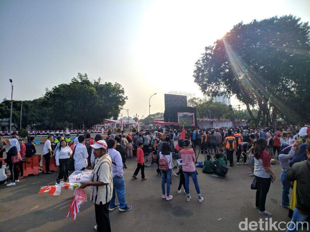 Rasakan Suasana Upacara HUT Ke-74 RI, Warga Datangi Seberang Istana