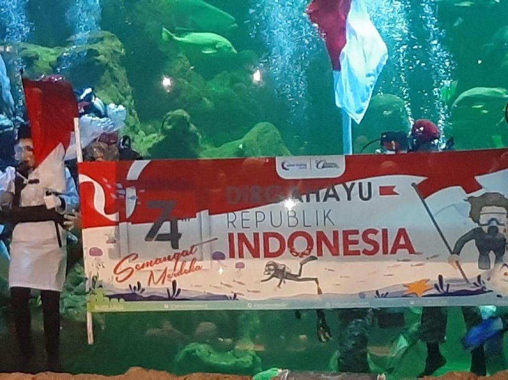 Cerita Aaliyah Massaid Jadi Pengibar Bendera di Dalam Air