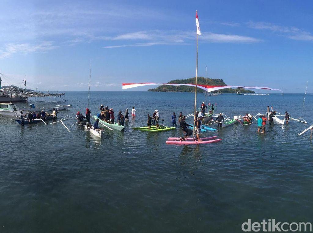 Nelayan dan Pecinta Alam Gelar Upacara Bendera di Laut Polewali Mandar