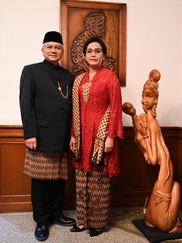 Sri Mulyani menggunakan kebaya rancangan Didiet Maulana dan kain batik berusia 50 tahun di upacara HUT ke-74 RI.
