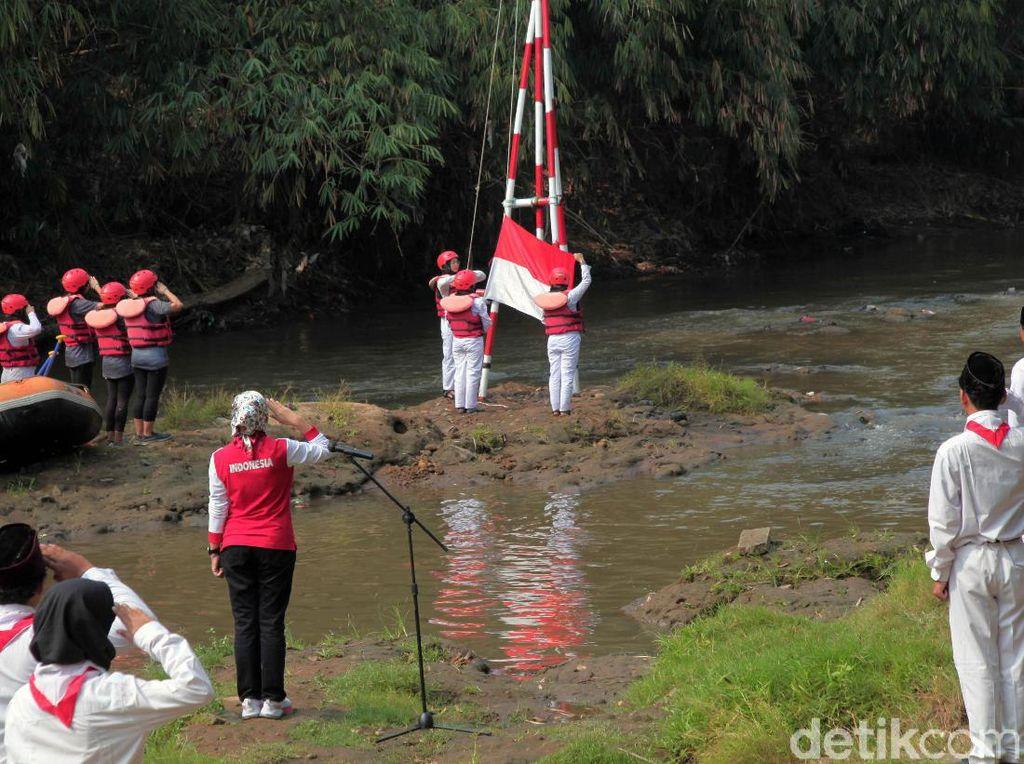 Melihat Khidmatnya Upacara HUT Ke-74 RI di Sungai Ciliwung