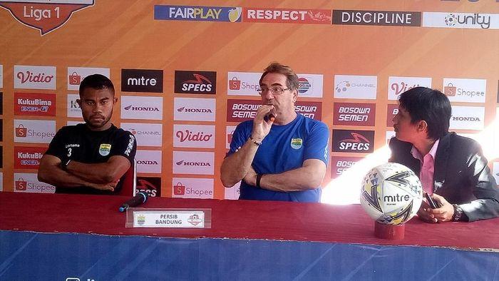 Pelatih Persib Bandung Robert Rene Alberts tak sabar menghadapi mantan klubnya, PSM Makassar. Foto: Ibnu Munsir