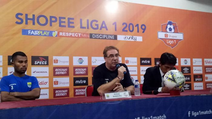 Pelatih Persib Bandung, Robert Rene Alberts, mengakui timnya lambat merespons saat dikalahkan PSM Makassar dalam lanjutan Liga 1 (Foto: detikSport/Ibnu Munsir)