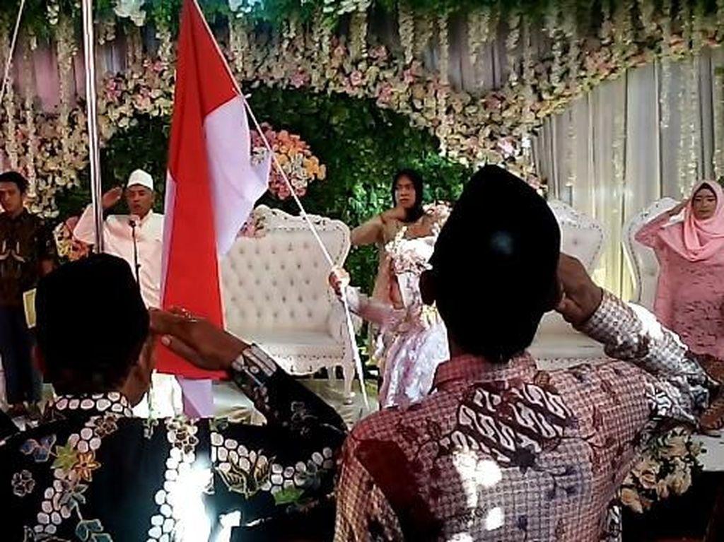 Nasionalis Banget! Pasangan Ini Upacara Bendera Lalu Menikah