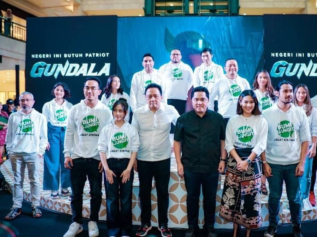 Momen Erick Thohir Berpose dengan Pemeran Superhero Indonesia