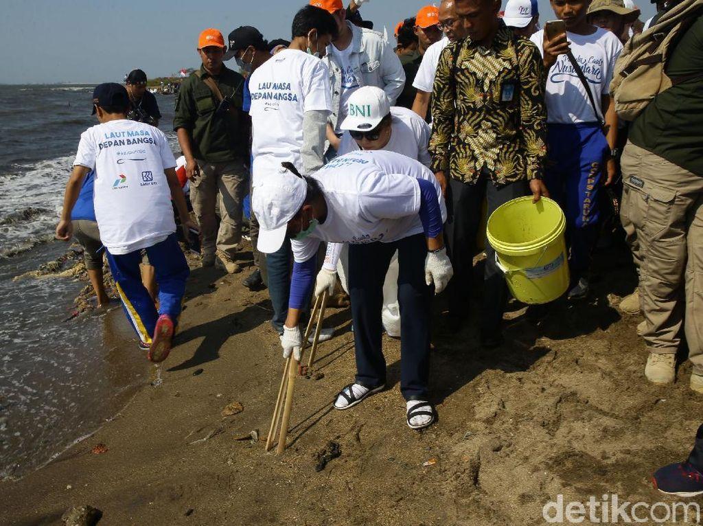 Momen Menteri Susi Bersih-bersih Pantai Timur Ancol