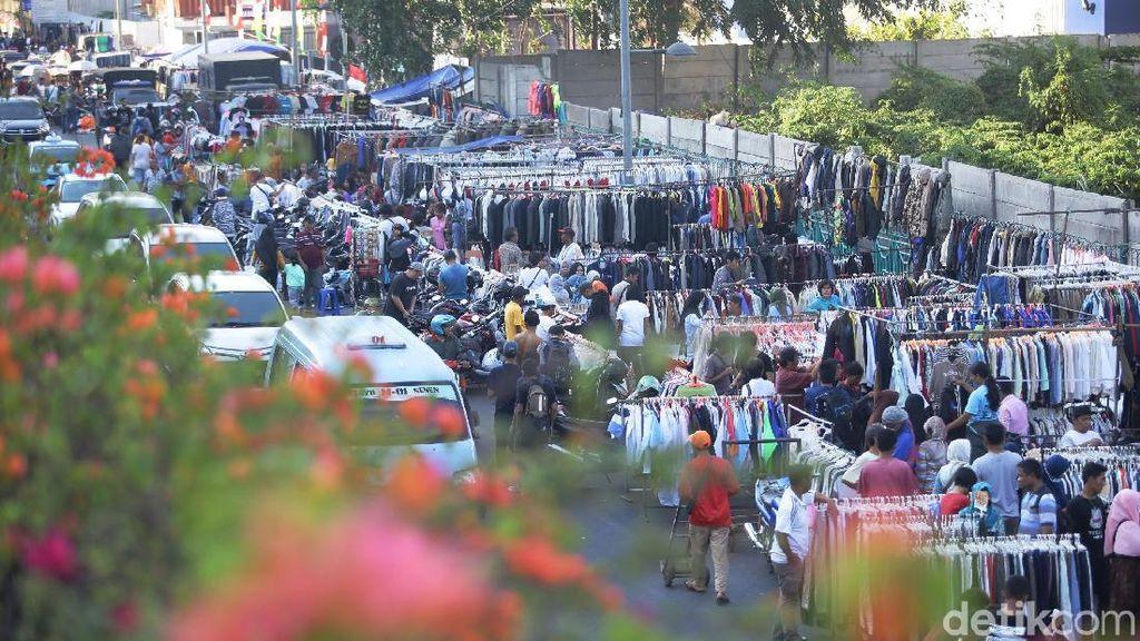 Pedagang Pakaian Bekas di Senen Kembali Memenuhi Jalan
