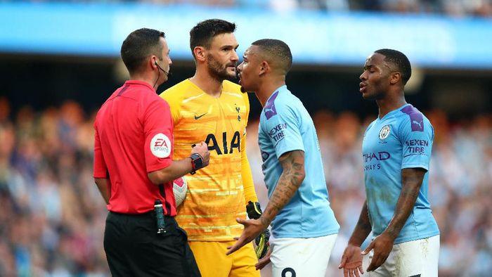 Gabriel Jesus memprotes golnya yang dianulir. (Foto: Clive Brunskill/Getty Images)