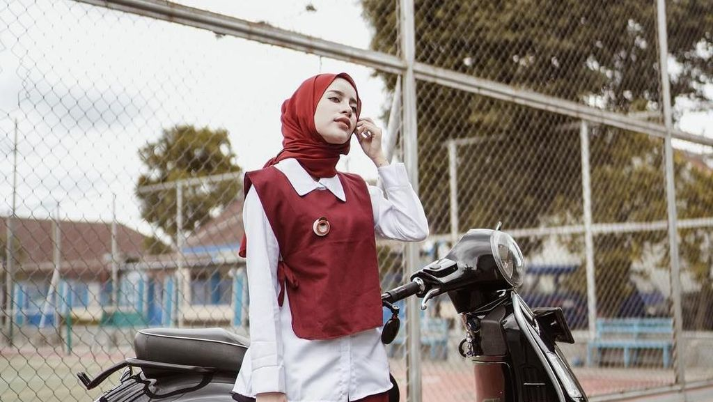 8 Ide Busana Merah Putih dari Hijabers, Aghnia Punjabi Sampai Zaskia Mecca