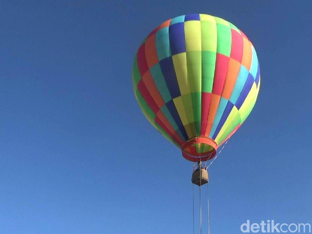 Foto: Terbang Naik Balon Udara di Bromo