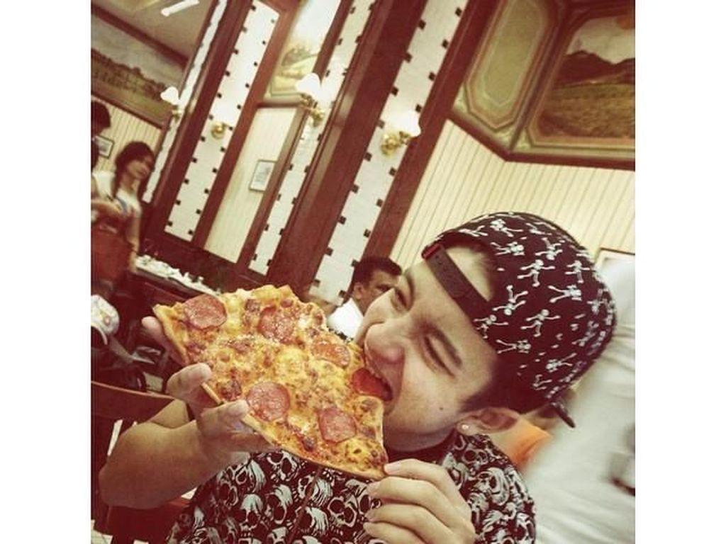 Seru! Ini Gaya Bryan Domani Makan Pizza Sampai Ayam Pop