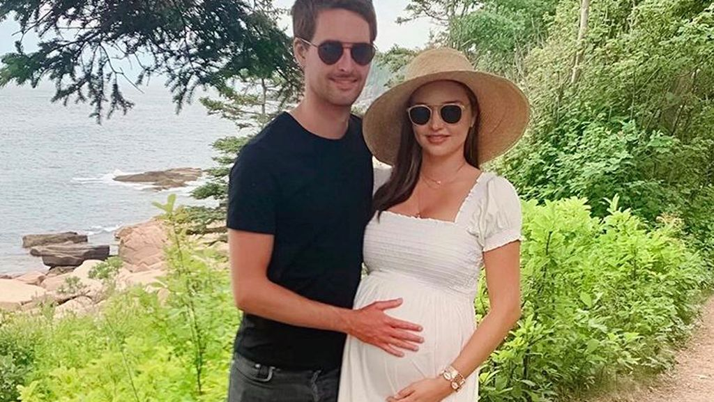 Kehamilan Supermodel Victoria Secret Istri Bos Teknologi