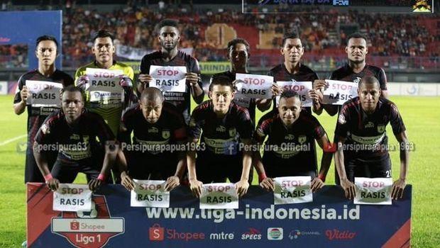 Pemain Persipura Jayapura membentangkan tulisan Stop Rasis jelang laga kontra Borneo FC.