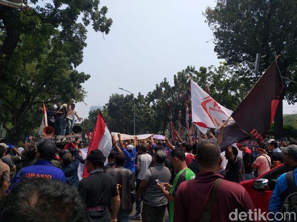 Ada Demo Protes Ganjil Genap, Lalin Depan Balai Kota DKI Macet