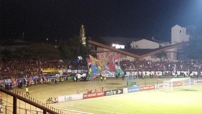 Suporter ikut merayakan HUT RO yang ke-74 di Stadion Mattoangin (Foto: detikSport/Ibnu Munsir)