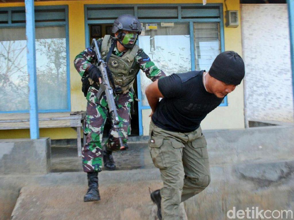 Aksi Marinir Indonesia dan AS Lumpuhkan Musuh di Banyuwangi