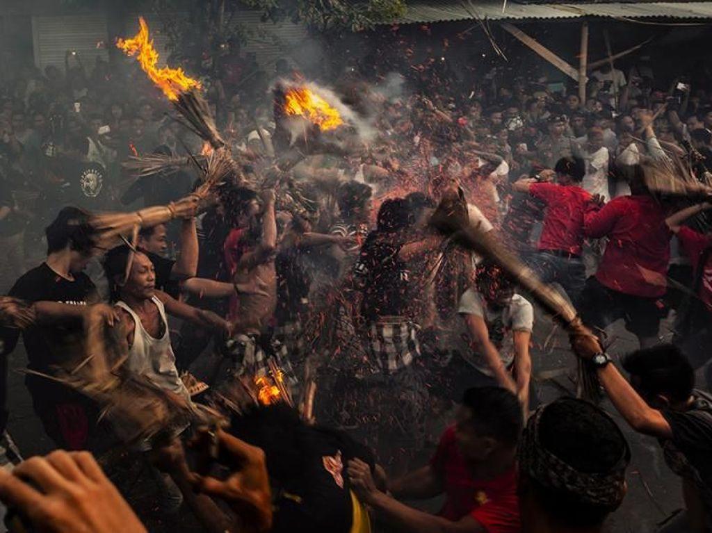 Mengenal Tradisi Perang Api di Lombok