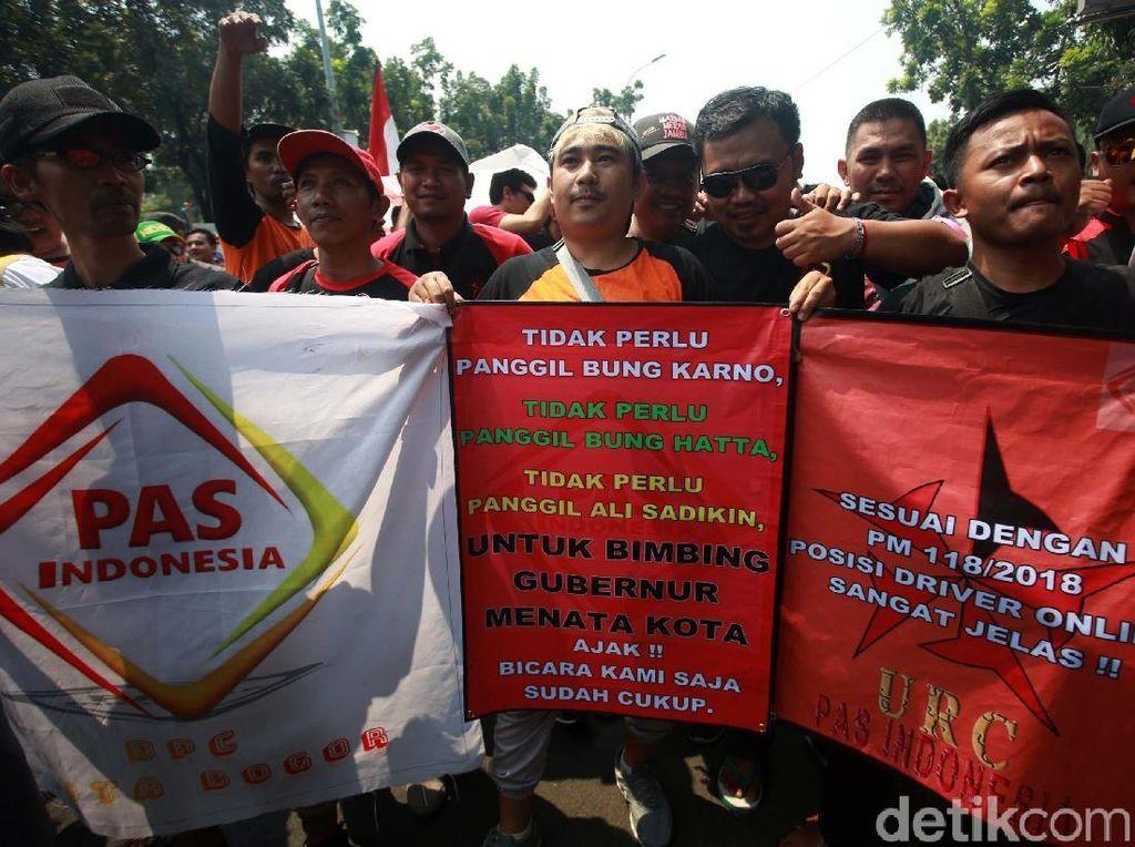 Demo Ganjil Genap, Massa Taksi Online Markir di Depan Balai Kota